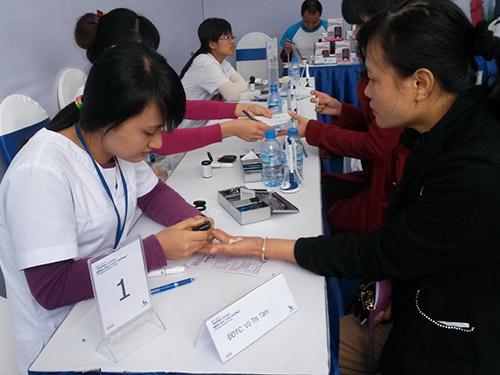 Bệnh nhân tiến hành kiểm tra đường huyết