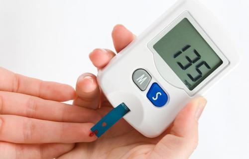 Tiến hành xét nghiệm máu trên ngón tay kiểm tra bệnh đái tháo đường