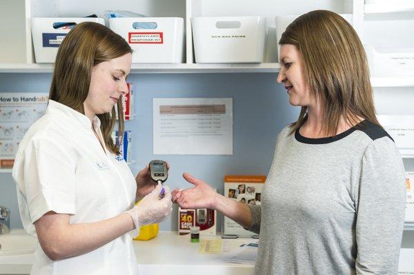Tham khảo ý kiến bác sĩ trước khi thực hiện kiểm tra glucose máu tại nhà.